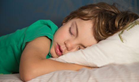 Tutti i vantaggi di mettere i figli a letto presto (intorno alle 20)
