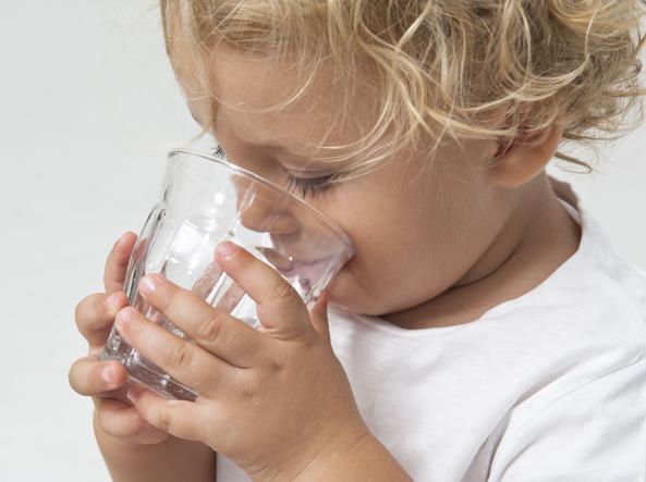 I bambini non hanno (quasi) mai sete: ecco perché e come correre ai ripari