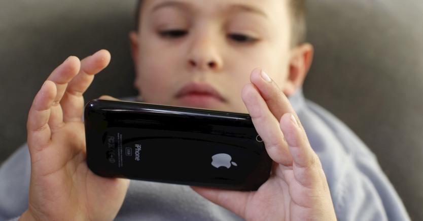 L'abuso di iPhone fa male ai bambini, Apple deve aiutare i genitori