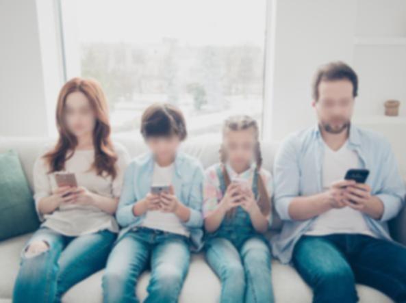 Smartphone e famiglia: tutti insieme (silenziosamente)
